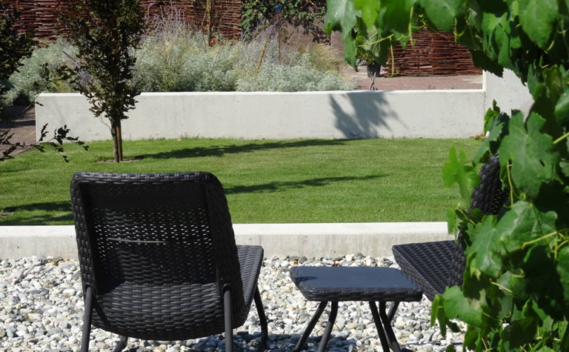 Moderne tuin met strakke betonmuren